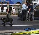 La polizia scientifica israeliana alla ricerca di elementi probanti nell' auto di una vittima di un attacco con arma da fuoco avvenuto vicino  alla sede della polizia nella zona centrale di Gerusalemme est il 9 ottobre 2016. AFP