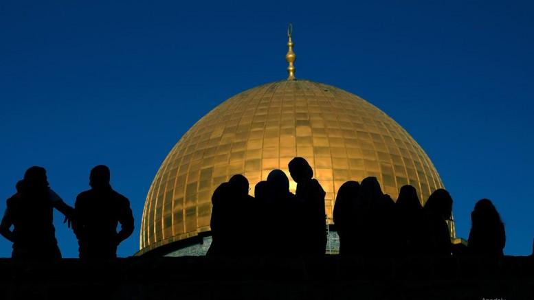 al-aqsa-mosque-close-up-shadow-of-prating-muslims