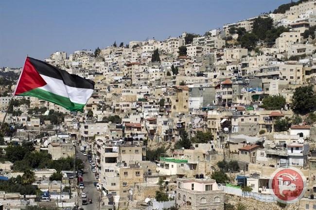 Una bandiera palestinese sventola di fronte alle case del quartiere di Silwan a Gerusalemme Est 29 ago, 2013 (AFP/File Ahmad Gharabli)